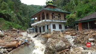 VIDEO: Siswa Madrasah Korban Banjir Bandang Dimakamkan Massal