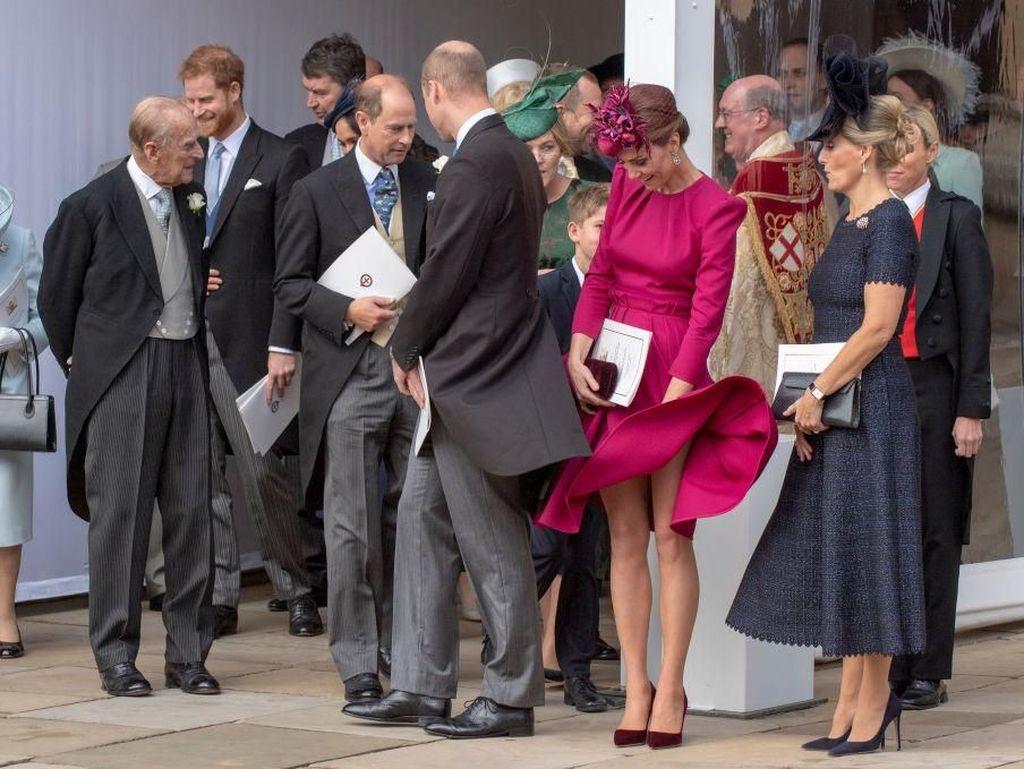 Foto: Momen Rok Kate Middleton Tertiup Angin saat Pernikahan Putri Eugenie