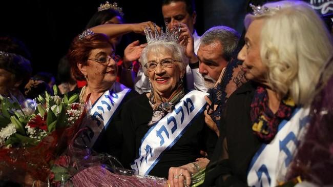 Tove Ringer, seorang nenek berusia 93 tahun berhasil dinobatkan sebagai Miss Holocaust Survivor 2018. Saat genosida Nazi, perempuan kelahiran Polandia itu kehilangan orang tuanya, empat saudaranya, dan seorang nenek. (REUTERS/Corinna Kern)