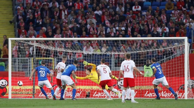Timnas Italia akhirnya mampu memecah kebuntuan pada menit ke-92 melalui gol sontekan Cristiano Biraghi setelah menerima umpan sundulan Kevin Lasagna. (REUTERS/Kacper Pempel)