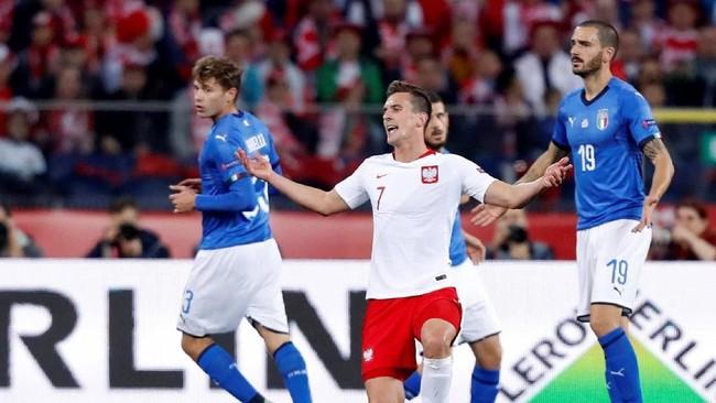 Pertandingan Polandia vs Italia berlangsung sengit. Banyak peluang didapat, termasuk peluang yang dimiliki penyerang Polandia Arkadiusz Milik yang gagal berbuah gol. (REUTERS/Kacper Pempel)