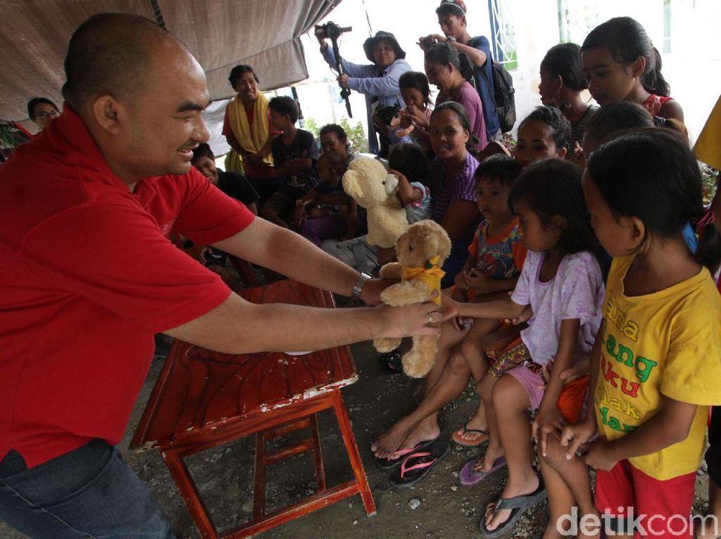 Head of Corporate Marketing and Communicatioan OT Group Harianus I Zebua saat memberikan bantuan kepada para korban gempa dan tsunami di Palu, Sulawesi Tengah, Sabtu (13/10). Tidak hanya makanan, mainan untuk anak-anak juga diberikan untuk mengurangi troma istimewa