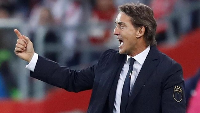 Pelatih timnas Italia Roberto Mancini memberi instruksi di pinggir lapangan. Italia tidak pernah meraih kemenangan di laga kompetitif bersama Mancini, dan terakhir kali menang pada laga persahabatan melawan Arab Saud, 28 Mei lalu. (REUTERS/Kacper Pempel)