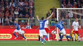 Cristiano Biraghi (kiri) yang bermain untuk Fiorentina merayakan gol pertamanya untuk timnas Italia sekaligus membawa Gli Azzurri menang atas Polandia. (REUTERS/Kacper Pempel)