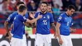 Cristiano Biraghi (15) mendapat ucapan selamat dari rekan setimnya di timnas Italia. Kemenangan membuat Italia berada di peringkat dua Grup 3 UEFA Nations League, tertinggal dua poin dari Portugal. (REUTERS/Kacper Pempel)