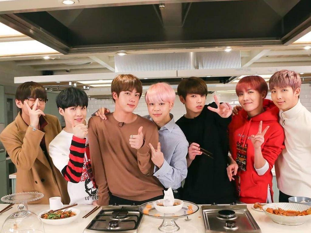 Manisnya Jimin Saat Makan dan Pose di Dapur Bareng Member BTS