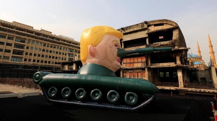 Karya Seni Balon Tank Raksasa dengan Kepala Trump di Lebanon