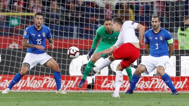 Penyerang timnas Polandia Arkadiusz Milik melepaskan tendangan keras ke arah gawang timnas Italia yang masih melambung. (REUTERS/Kacper Pempel)