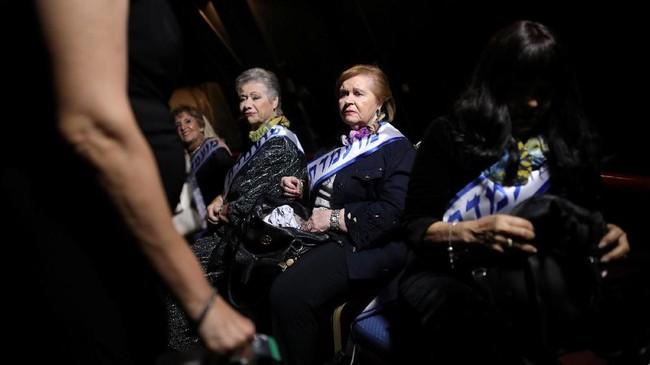 Mereka tampil cantik dengan dandanan menor, rambut yang ditata, lengkap dengan gaun yang anggun beserta perhiasan yang berkilauan. (REUTERS/Corinna Kern)