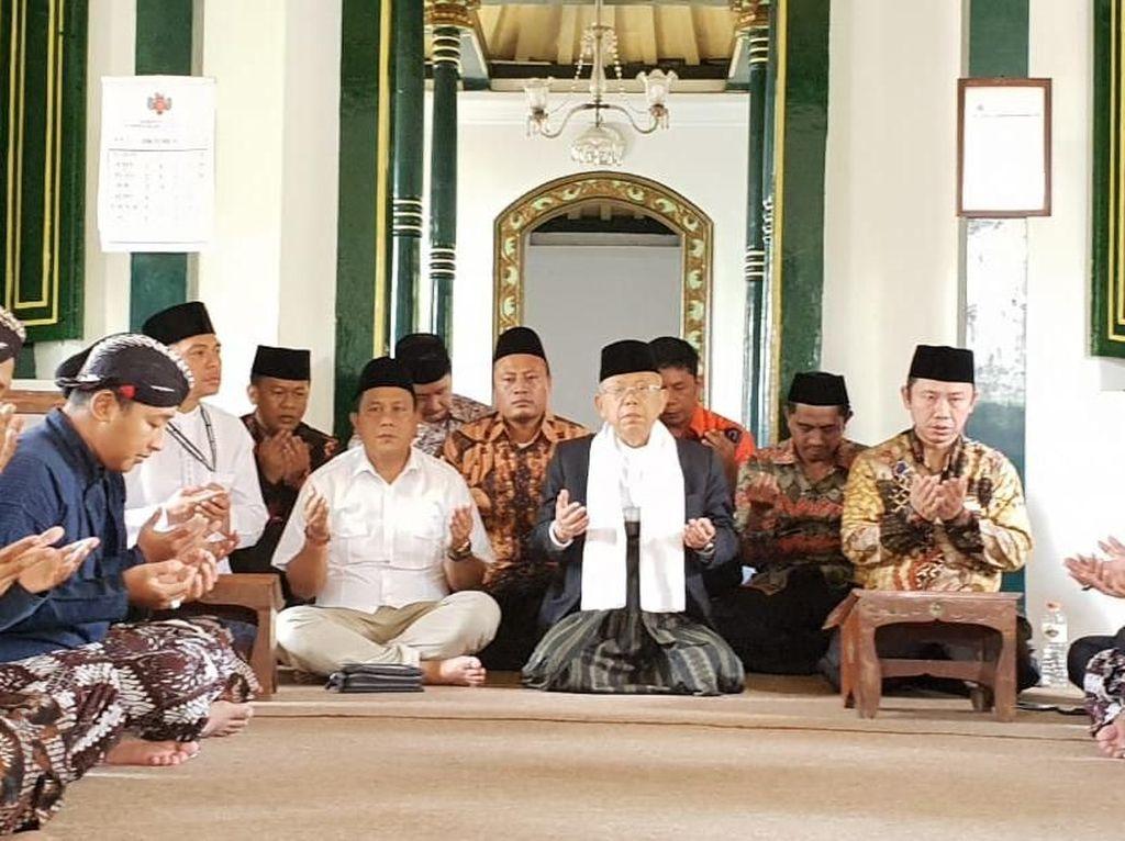 Foto: Di sela-sela pertemuan, Maruf Amin sempat diantar langsung oleh Sultan HB X menunaikan salat di Masjid Kagungan Dalem Panepen. Masjid Panepen merupakan masih bersejarah di lingkungan Keraton Yogyakarta. (Dok Istimewa).