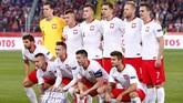 Timnas Polandia sebelum pertandingan melawan Italia. Polandia butuh kemenangan agar tidak terdegradasi dari Grup C UEFA Nations League. (REUTERS/Kacper Pempel)