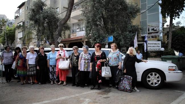 Israel kembali menggelar ajang tahunan untuk menghormati para perempuan yang selamat dan pernah melewati masa lalu kelam pembantaian massal atau genosida Nazi. (REUTERS/Corinna Kern)