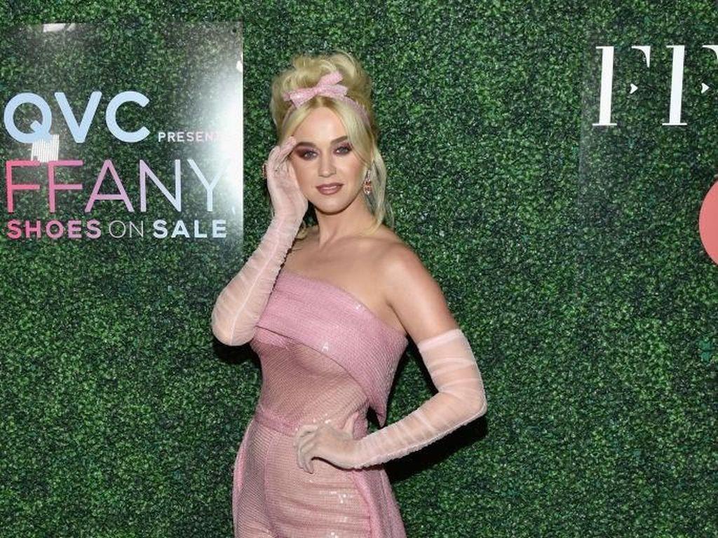 Bulan Kanker Sedunia, Katy Perry Bergaya Serba Pink Bak Barbie