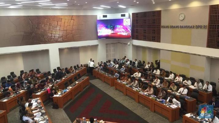 Menteri Keuangan, Sri Mulyani Indrawati, melakukan revisi terkait asumsi dasar ekonomi dalam RUU APBN 2019.