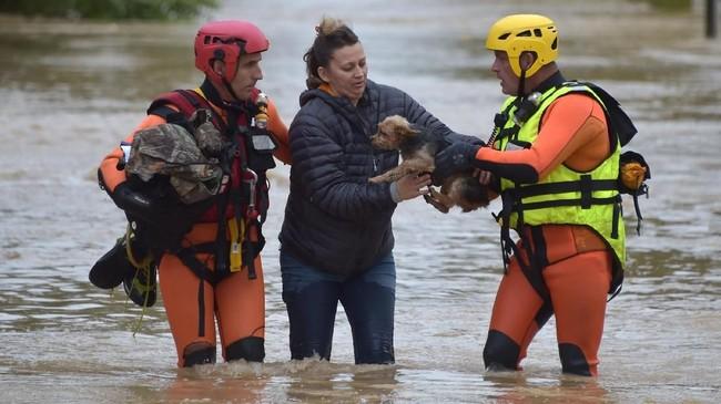 Sedikitnya 350 pemadam kebakaran terlibat dalam operasi penanggulangan bencana ini, kemungkinan akan ditambah sesuai pertimbangan masing-masing daerah. (AFP Photo/Pascal Pavani)