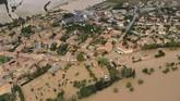 Sementara itu, warga panik sampai-sampai menggambarkan situasi di sekitarnya bak medan perang. (AFP Photo/Sylvain Thomas)