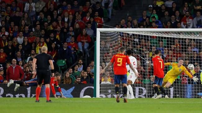 Menjelang pertandingan berakhir Sergio Ramos menjadikan skor 2-3 pada menit ke-90+7 setelah mendapat umpan dari Dani Ceballos. (REUTERS/Marcelo Del Pozo)