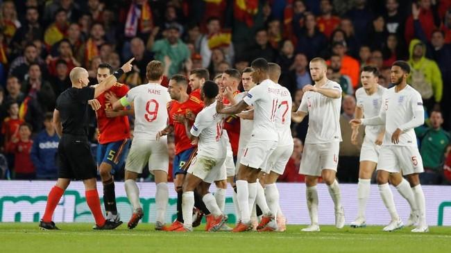 Sempat terjadi keributan dari kedua tim di babak kedua yang melayangkan protes kepada wasit Szymon Marciniak. (REUTERS/Marcelo Del Pozo)