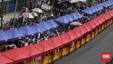 Penataan Tanah Abang ala Gubernur Anies dilakukan denganmemakai salah satu jalur jalan raya untuk pedagang kaki lima, dan jalur lainnya untuk bus TransJakarta. Angkot dan kendaraan pribadi tak bisalewat pada jam-jam tertentu. (CNN Indonesia/ Hesti Rika)