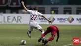 Pertandingan berlangsung berimbang sejak menit awal. Saling jegal pun terjadi untuk menghentikan alur serangan lawan. (CNNIndonesia/Safir Makki)