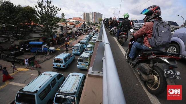 Protes terhadap kebijakan Anies terjadi saat pengemudi angkutan kota (angkot) menutup Jl. Jatibaru Raya, Tanah Abang, Jakarta, Senin(29/1).Mereka tak terima dengankebijakan tersebut. (CNNIndonesia/Safir Makki)