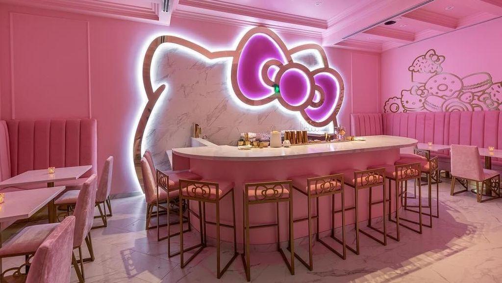 Gemasnya! Makan 'Hello Kitty' di Kafe Imut Serba Pink