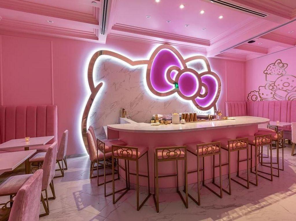 Gemasnya! Makan Hello Kitty di Kafe Imut Serba Pink