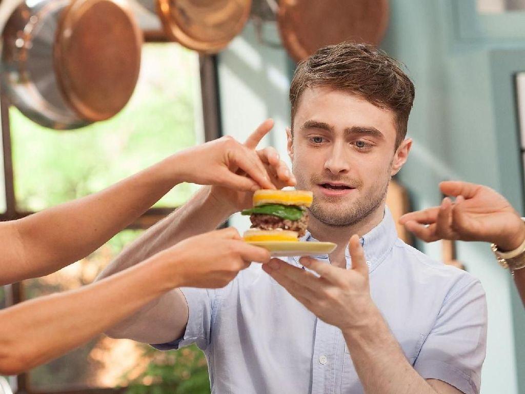 Pose Daniel Radcliffe, 'Harry Potter' yang Suka Makan Sendirian