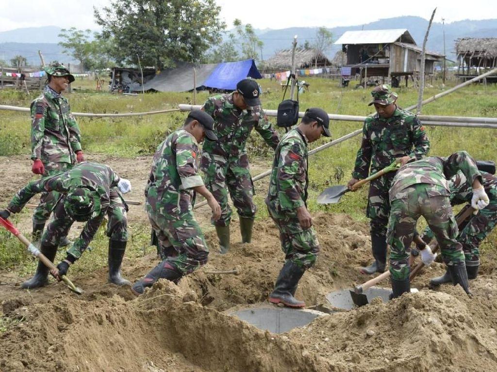 TNI Bangun MCK Darurat di Palu