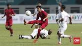 Gelandang Timnas Indonesia Septian David Maulana mencoba melakukan aksi individu untuk melewati pemain Hong Kong. (CNNIndonesia/Safir Makki)