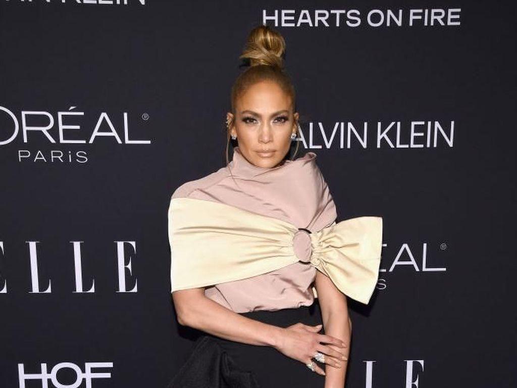 Foto: Minus Gaun Terbuka, Jennifer Lopez Tetap Seksi
