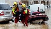 Setidaknya 12 orang tewas akibat sapuan banjir bandang yang menerjang barat daya Perancis pada Senin (15/10). (Reuters/Jean-Paul Pelissier)