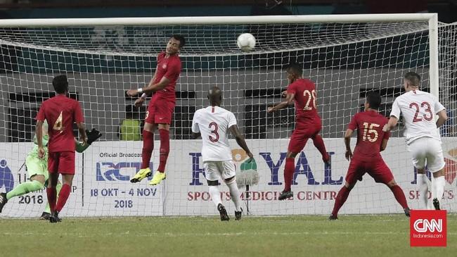 Hong Kong berhasil menyamakan kedudukan berkat aksi Festus Baise memanfaatkan umpan Alessandro Ferreira yang bermain untuk PSM Makassar. (CNNIndonesia/Safir Makki)
