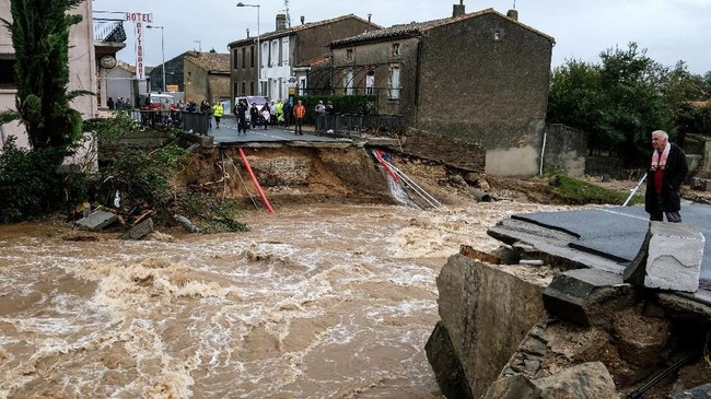 Sejumlah pejabat mengatakan bahwa situasi saat ini bagai hujan untuk tujuh bulan turun dalam satu hari. (AFP Photo/Eric Cabanis)