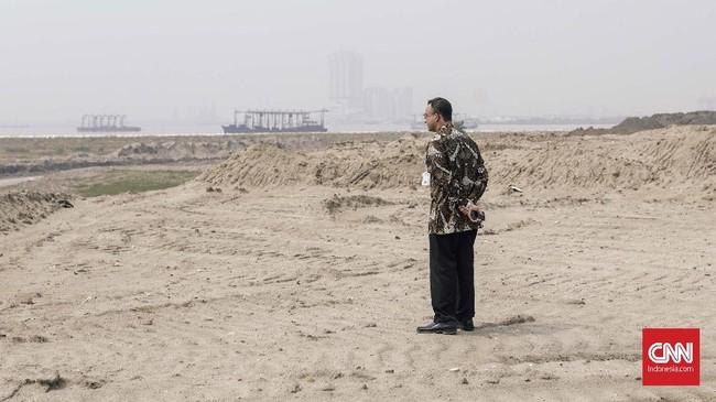 Salah satu kebijakan Gubernur Anies adalah menyetop pembangunan 13 pulau reklamasi di Teluk Jakarta. Kebijakan ini dilakukan dengan pencabutan izin pengembang. Tiga pulau yang kadung terbentuk akan dimanfaatkan untuk kepentingan warga. (CNNIndonesia/Adhi Wicaksono)