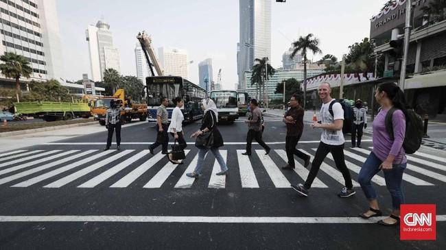 Pemprov DKI Jakarta merobohkan Jembatan Penyeberangan Orang (JPO) di kawasan BundaranHI demi kemudahan bagi penyandang disabilitas. Selanjutnya Pemprov DKI membuatpelican crossingyang dilengkapi lampu merah sebagai sarana penyeberangan. (CNNIndonesia/Safir Makki)