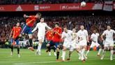 Timnas Spanyol baru bisa bangkit di babak kedua. Paco Alcacer memperkecil kedudukan menjadi 1-3 pada menit ke-58 memanfaatkan sepak pojok Marco Asensio. (Action Images via Reuters/Carl Recine)