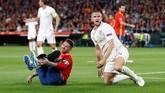 Kapten timnas Spanyol Sergio Ramos mendapat adangan keras dari gelandang timnas Inggris Eric Dier saat pertandingan baru berjalan 10 menit. (Action Images via Reuters/Carl Recine)