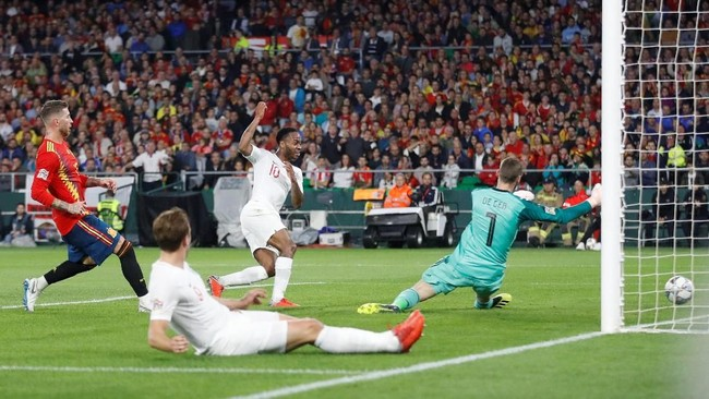 Raheem Sterling mencetak gol keduanya dalam laga itu pada menit ke-38, sekaligus menutup babak pertama dengan keunggulan 3-0. (Action Images via Reuters/Carl Recine)