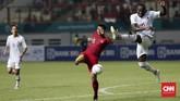 Timnas Hong Kong yang diperkuat tujuh pemain naturalisasi juga sering menghadirkan ancaman ke areal pertahanan Indonesia. (CNNIndonesia/Safir Makki)
