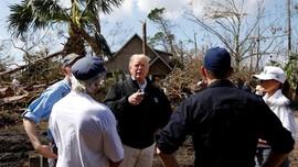 Kunjungi Lokasi Badai Michael, Trump Ragukan Perubahan Iklim
