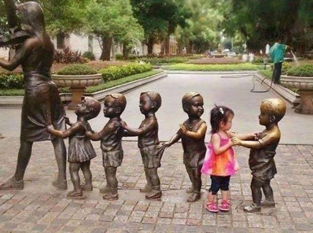 Si patung yang seolah mengajak anak gadis ini berdansa. (Foto: Brightside)