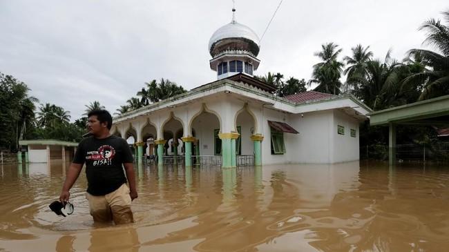 BNPB mencatat 19 desa terendam banjir karena hujan yang turun dengan intensitas tinggi. (ANTARA FOTO/Irwansyah Putra)