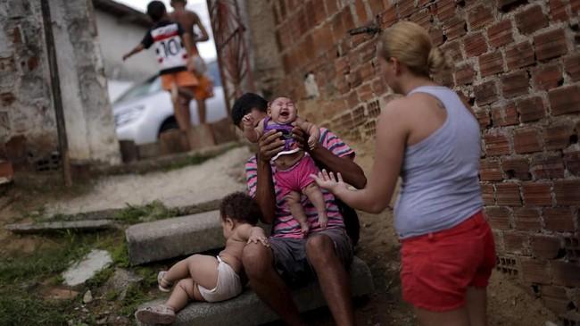 Di Angola, sejumlah bayi lahir dengan kondisi mikrosefalus sejak 2017. Kondisi itu dikaitkan dengan virus Zika yang menyerang kawasan Amerika Latin. (REUTERS/Ueslei Marcelino)
