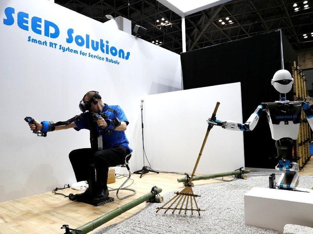 Beralih ke sektor pertanian, World Robot Summit 2018 pun menampilkan robot dengan kemampuan mengolah pertanian yang mumpuni bernama SEED Solutions Seed-Noid R7. Robot ini dikendalikan dengan remote control dan menyesuaikan gerakan sang pengguna. Kim Kyung-Hoon/Reuters.