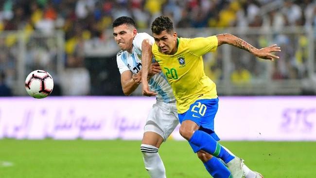 Kendati tampil di Arab Saudi, namun laga persahabatan Argentina vs Brasil tetap sarat gengsi. Kedua tim tetap tampil ngotot di sepanjang laga. (REUTERS/Waleed Ali)