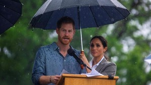 Romantisme Pangeran Harry-Meghan Markle di Bawah Payung