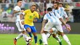 Timnas Brasil tampil dengan kekuatan terbaiknya, termasuk memanggil bintang PSG Neymar. Sementara Argentina tidak diperkuat Lionel Messi yang masih absen dari timnas. (REUTERS/Waleed Ali)
