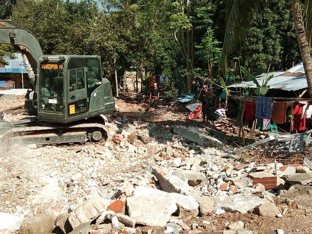 Warga setempat pun mengungkapkan rasa terima kasih atas bantuan prajurit TNI yang telah membantu warga membersihkan puing-puing bangunan pascagempa dengan menggunakan alat berat milik TNI. Istimewa/Mayor Inf Suwandi/Papen Satgasgabpad Lombok.