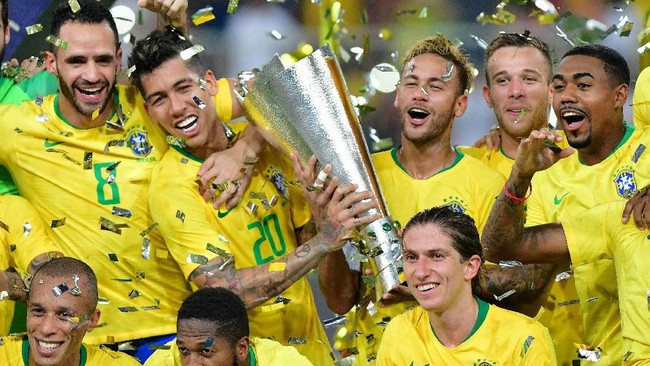 Para penggawa timnas Brasil meluapkan kegembiraan berpose dengan trofi Superclasico di King Abdullah Sport City. (REUTERS/Waleed Ali TPX IMAGES OF THE DAY)